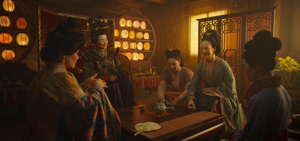 Matchmaker (Pei-Pei Cheng), Xiu (Xana Tang), Wuwei (Rosalind Chao) y Mulan (Yifei Liu) en 'Mulán'. (Fuente: Disney+)