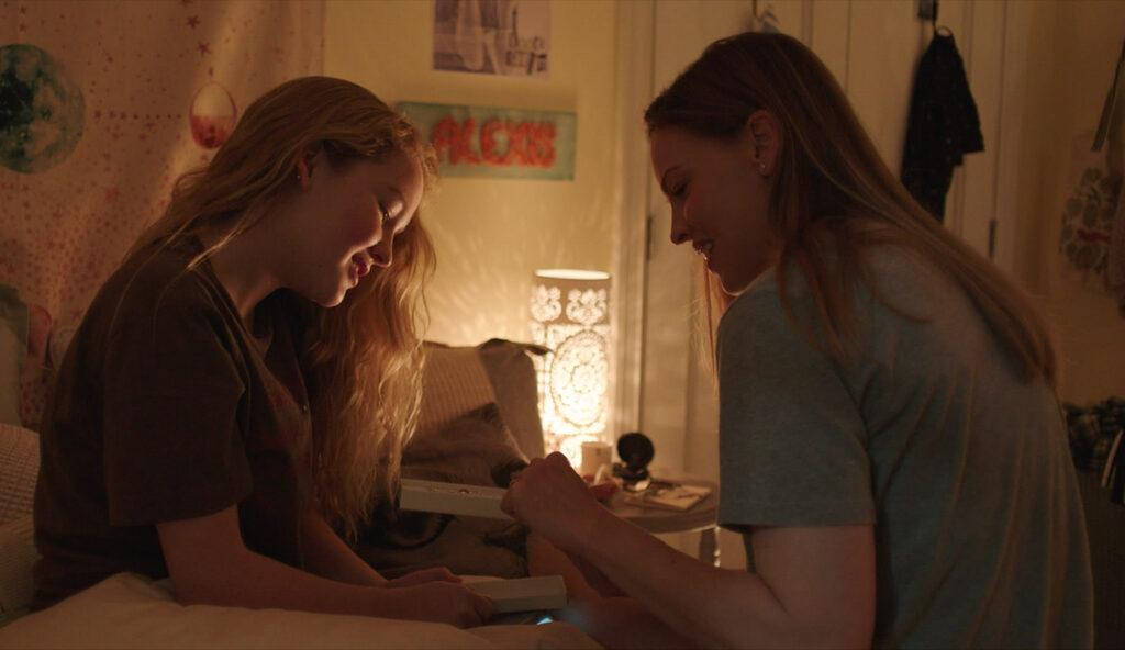 Talitha Eliana Bateman como Alexis y Hilary Swank como Emma Green en 'Away'. (Fuente: Netflix)